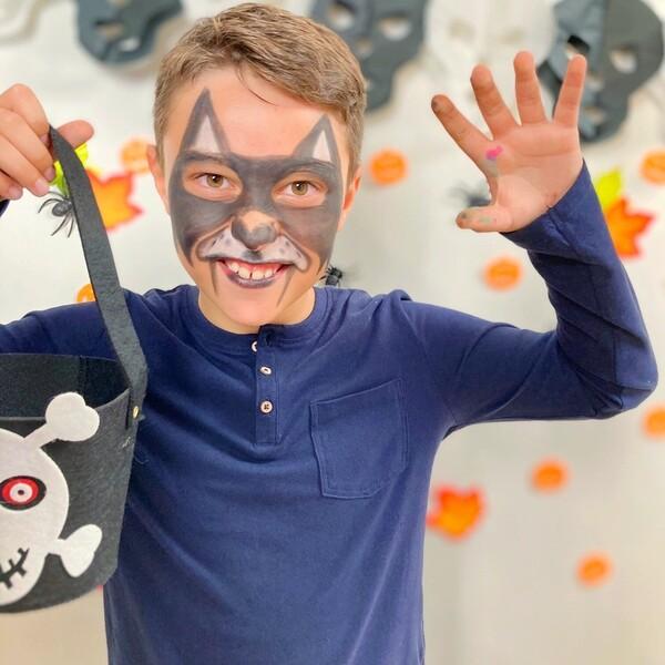 """Tutti pronti a sentir gridare """"Al lupo al lupo"""" nella notte più paurosa dell'anno?! 🐺 Con una maschera così, anche le più terribili creature fuggiranno spaventate!   Da che cosa si travestiranno i vostri bimbi?  🎃 Su carioca.com trovate i Mask Up classici per trasformarli in lupi, ma anche molti altri prodotti per ricreare i loro personaggi preferiti! 🎃 Da oggi fino al 31 ottobre in promo al 25% di sconto usando BOO25 al checkout: link in bio!  #cariocaitalia #cariocacreatetolearn #cariocamaskup #maskup #faceart #coloriperilviso #dolcettoscherzetto #aspettandohalloween #truccabimbi #mammeitaliane #bimbifelici #bambinicreativi #colorare #cartoleriafelice"""