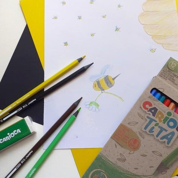 Un mondo senza api sarebbe un mondo meno dolce, meno profumato e meno colorato: non solo senza miele a colazione, ma anche senza fiori e molte piante. Proteggere queste piccole amiche è importantissimo per il nostro Pianeta, ricordiamocelo oggi che è la Giornata delle api ma anche tutti gli altri giorni! 🐝💚  #cariocaitalia #cariocacreatetolearn #cariocaecofamily #matitecolorate #colorare #cancelleria #cartoleriafelice #giochieducativiecreativi #bimbifelici #ecoallene #illustrazione #giornatadelleapi